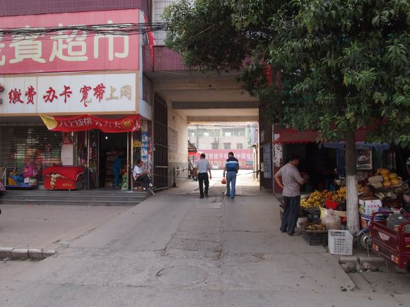 Unmarked old entrance to Lushan bus depot, on Zhanqian St